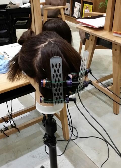 髪を暖めます。